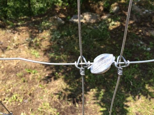フェンスをつなぐ平行連結金具