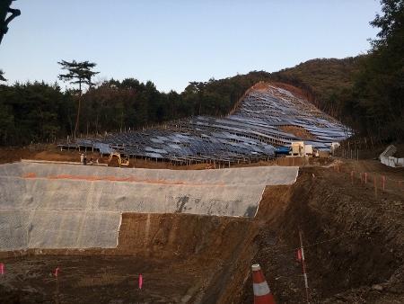 山林の太陽光発電所にフェンス設置