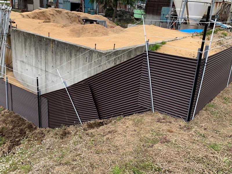トタン併用電気柵 傾斜
