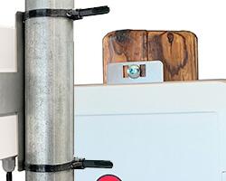 木柱でもパイプにも固定できる設置ステー付属で設置がラクラク