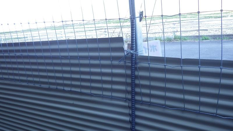 トタン板、フェンスを鉄筋で固定